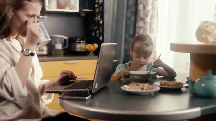 Маленькая девочка рассказывает стих о маме, которая застряла в сети интернет (Видео)