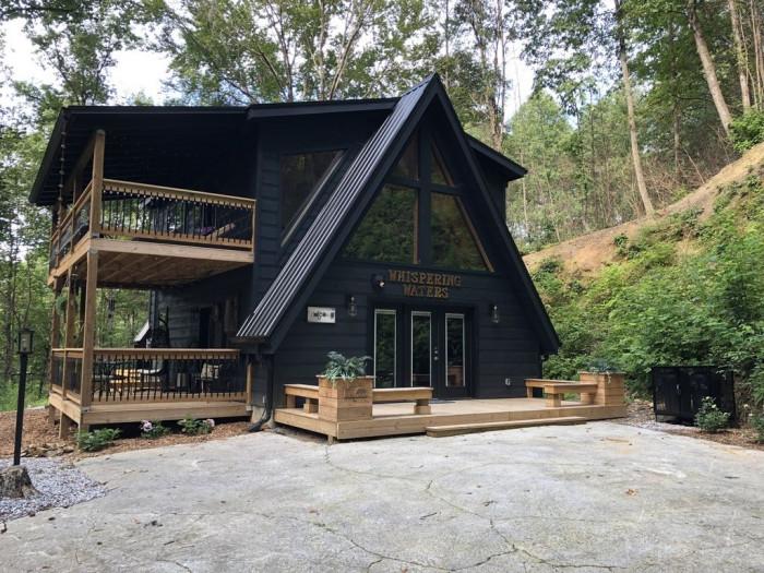 Красивый дом в уединенном лесном массиве рядом с журчащим ручьем (Фото)