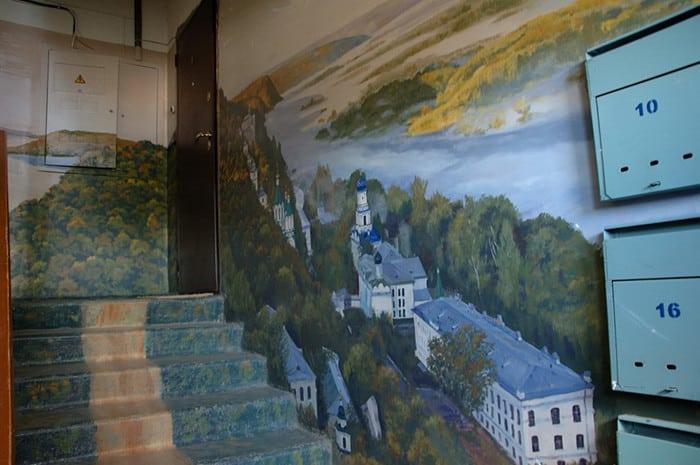 Житель Астрахани сделал из своего подъезда картинную галерею (Фото)