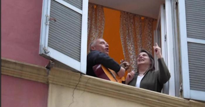 Вирус нас не победит - итальянцы с балконов поют душевные песни (Видео)