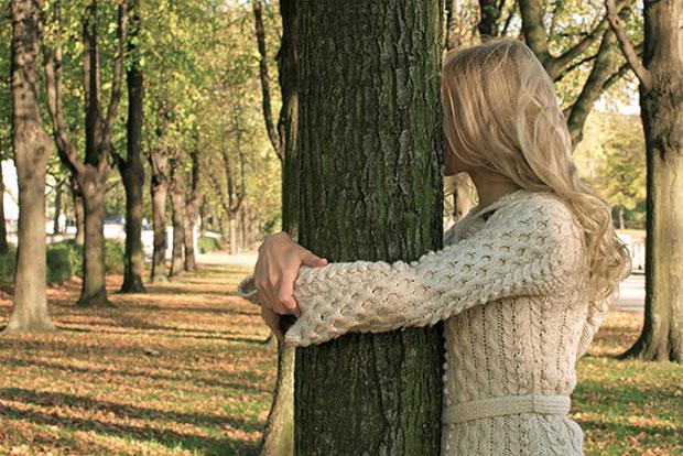 Жителям Исландии предложили выходить в лес и обнимать деревья, чтобы снимать стресс в условиях самоизоляции