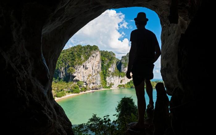 В Таиланде полиция обнаружила русских туристов, живущих в пещере